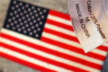 Etikett eines Sweatshirts an einem Souvenirstand in Boston, über einem mit der US-Flagge bedruckten T-Shirt fotografiert. REUTERS/Brian Snyder