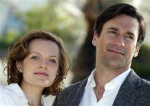 """Elisabeth Moss (esq) e Jon Hamm, de """"Mad Men"""", em Cannes para divulgar a série no mercado de TV Mipcom, em outubro de 2010. O drama """"Mad Men"""" e a comédia """"Modern Family"""" estão entre as séries de TV com os maiores números de indicações para o Primetime Emmy Awards de 2011, após o anúncio desta quinta-feira. 05/10/2010 REUTERS/Eric Gaillard"""