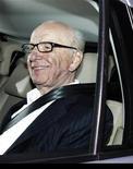 Presidente-executivo da News Corp, Rupert Murdoch, deixa seu escritório em Londres. Rupert e James Murdoch vão comparecer ao Parlamento britânico na próxima terça-feira para responder a perguntas sobre supostos crimes cometidos por um dos jornais da família, após terem inicialmente recusado o convite dos parlamentares, informou nesta quinta-feira a News Corp. 13/07/2011 REUTERS/Luke MacGregor
