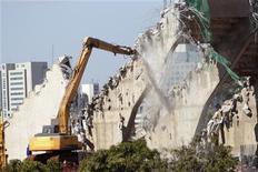 Foto de 27 de maio da demolição de parte da arquibancada do estádio Mané Garrincha, em Brasília, que será totalmente refeito para a Copa do Mundo de 2014. REUTERS/Ueslei Marcelino