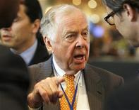 <p>T. Boone Pickens (C) chairman of the hedge fund BP Capital Management has a conversation at the 2011 The Milken Institute Global Conference in Beverly Hills, California May 2, 2011. REUTERS/Fred Prouser</p>
