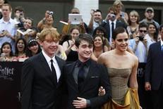 """<p>Foto de archivo del elenco principal del filme """"Harry Potter y las Reliquias de la Muerte: Parte 2"""", en Nueva York, jul 2 2011. La nueva película de Harry Potter ya está hechizando las taquillas, con una recaudación de 43,6 millones de dólares el día de su estreno y niveles récord de venta de entradas anticipadas antes de su estreno en Estados Unidos. REUTERS/Lucas Jackson</p>"""