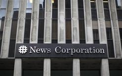 Здание News Corporation в Нью-Йорке, 13 июля 2011 года. Федеральное бюро расследований США начало проверку в отношении компании медиамагната Руперта Мердока News Corp, которую подозревают в попытке получить записи телефонных разговоров жертв атак 11 сентября 2001 года, сообщило ФБР. REUTERS/Brendan McDermid