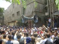 Антиправительственные демонстранты в Дамаске 8 июля 2011 года. Службы безопасности Сирии застрелили по меньшей мере 12 демонстрантов в пятницу, когда сотни тысяч людей по всей стране вышли в знак протеста против президента Башара аль-Асада. REUTERS/Handout
