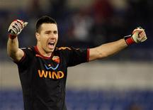 O goleiro brasileiro Doni comemora gol em partida em Roma, novembro de 2011. Doni foi contratado pelo clube inglês Liverpool. 30/11/2008 REUTERS/Giampiero Sposito