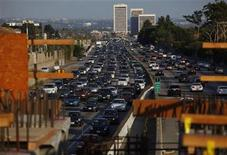 <p>Traffic moves slowly on the 405 freeway in Los Angeles, California July 14, 2011. REUTERS/Eric Thayer</p>