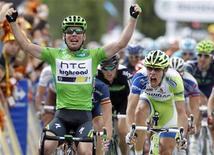 Mark Cavendish (E) da Bretanha comemora sua vitória na prova de ciclismo da 15a etapa do Tour de France 2011, de Limoux a Montpellier. Ao lado de Cavendish, na foto, está o italiano Daniel Oss, da Liquigas-Cannondale. 17/07/2011 REUTERS/Pascal Rossignol