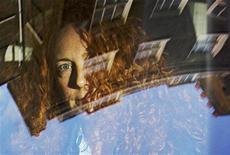 A ex-editora do jornal News of the World, Rebekah Brooks, chega ao apartamento de Rupert Murdoch, no centro de Londres. Brooks foi presa neste domingo como parte de investigação sobre grampos ilegais e suborno da polícia, segundo fontes que acompanham a situação. Foto de Arquivo 10/07/2011 REUTERS/Olivia Harris/files