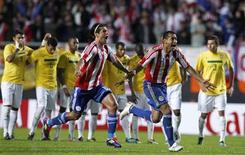 Paraguaios Nelson Haedo e Paulo Da Silva comemoram vitória nos pênaltis sobre o Brssil nas quartas de final da Copa América. 17/07/2011 REUTERS/Marcos Brindicci