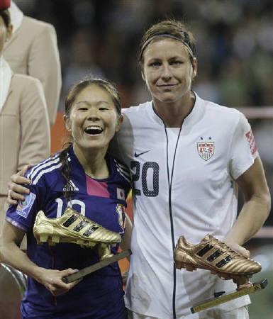 7月17日、サッカーの女子W杯決勝で敗れた米国は、PK戦の末に初優勝を果たした日本代表「なでしこジャパン」を祝福した。写真は日本の澤(左)と米国のワンバック(2011年 ロイター/Wolfgang Rattay)