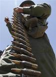 Повстанец проверяет аммуницию перед наступлением на город Марса-эль-Брега, 14 июня 2011 года.  Повстанческие силы выжали большую часть войск ливийского лидера Муаммара Каддафи из города Марса-эль-Брега, достигнув крупнейшего успеха на востоке страны за многие недели. REUTERS/Mohamed Abd El-Ghany