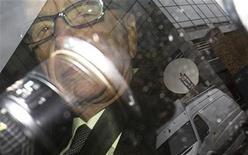 Руперт Мердок сидит в машине перед  штаб-квартирой News International  в Лондоне, 18 июля 2011 года. Скандал вокруг несанкционированного доступа к телефонным разговорам, в центре которого оказалась компания Руперта Мердока News Corp, стоил поста главе полиции Лондона, а также вызвал новые вопросы к премьер-министру Великобритании Дэвиду Кэмерону. REUTERS/Olivia Harris
