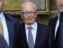 """Chefe-executivo da News Corp, Rupert Murdoch, visita hotel onde se encontrou com a família da adolescente assassinada Milly Dowler, no centro de Londres. """"Motivos comerciais e ideológicos"""" estão por trás de boa parte da mídia """"clamando"""" aos políticos para que derrubem Murdoch por causa do escândalo dos grampos telefônicos na Grã-Bretanha, disse o Wall Street Journal na segunda-feira.  15/07/2011   REUTERS/Paul Hackett"""