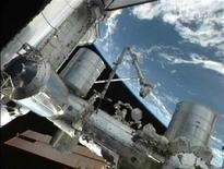 O ônibus espacial Atlantis acoplado à Estação Espacial Internacional em 17 de julho de 2011. O pouso do ônibus na Terra está previsto para a manhã da quinta-feira. 17/07/2011 REUTERS/NASA/Divulgação