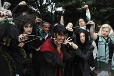"""Grupo de fãs da série """"Harry Potter"""" posa para foto antes de ir para a estreia do filme em Nova York, em 14 de julho de 2011. """"Harry Potter e as Relíquias da Morte - Parte 2"""" bateu recordes de bilheteria em sua estreia. 14/07/2011  REUTERS/Lucas Jackson"""