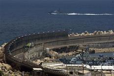 Военный корабль Израиля патрулирует порт Ашдод   Корабли военного флота Израиля перехватили во вторник французскую яхту с пропалестинскими активистами на борту, направлявшимися в Сектор Газа, и отвели ее в порт Ашдода, сообщила представитель израильского Минобороны.  REUTERS/Amir Cohen