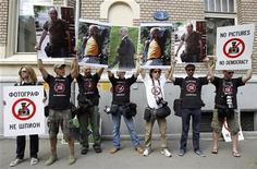 Журналисты проводят митинг в Москве в поддержку арестованных грузинских фотографов 19 июля 2011  Грузинское правительство в понедельник опубликовало признательные показания еще одного из обвиняемых в шпионаже на Россию фотокорреспондентов, которым обещан максимально открытый суд и грозит до 12 лет тюрьмы.  REUTERS/Denis Sinyakov