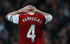 O capitão do Arsenal, Cesc Fabregas, durante a semi-final da Copa da Liga Inglesa contra o Ipswich Town, em Londres.  O Barcelona está disposto a lutar até o final para repatriar Fabregas, segundo o treinador do clube catalão, Pep Guardiola, na terça-feira. Foto de arquivo 25/01/2011 REUTERS/Eddie Keogh