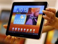 Новый планшет Samsung Galaxy Tab 10.1 в Сеуле, 20 июля 2011 года. Южнокорейская Samsung Electronics Co начала продажи более тонкой и легкой версии своего планшетного компьютера Galaxy, стараясь сократить отрыв от iPad, завоевавшего львиную долю очень доходного нового рынка. REUTERS/Jo Yong-Hak