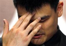 Китайский баскетболист Яо Мин на пресс-конференции в Шанхае, 20 июля 2011 года. Китайский центровой Яо Мин, подхлестнувший интерес к баскетболу в Поднебесной и ставший одним из самых известных азиатских спортсменов, объявил в среду о завершении профессиональной карьеры. REUTERS/Carlos Barria