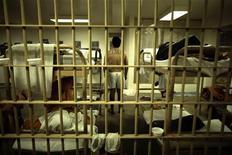 Заключенный стоит рядом с койкой в тюрьме в Санта-Ане (Калифорния), 24 мая 2011 года. Самыми дешевыми номерами с питанием в американском Джефферсон-Сити в минувшие выходные стали камеры окружной тюрьмы, в которой с радостью остановились 170 человек. REUTERS/Lucy Nicholson