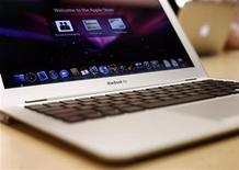 Ноутбук MacBook Air в магазине Apple в Нью-Йорке, 1 февраля 2008 года. Apple Inc обновила свои компьютеры MacBook Air и Mac mini, поставив в них новые процессоры и операционные системы, сообщила компания в среду. REUTERS/Shannon Stapleton