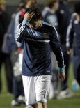 O atacante Carlos Tevez lamenta após perder pênalti pela seleção argentina contra o Uruguai no fim de semana. O Corinthians desistiu de contratar o jogador.                             REUTERS/Andres Stapff
