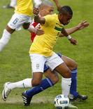 Robinho sofre marcação de Dario Veron durante partida da Copa América contra o Paraguai, em La Plata, Argentina. 17/07/2011  REUTERS/Jorge Silva