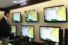 <p>Le fabricant sud-coréen d'écrans plats LG Display a enregistré une troisième perte trimestrielle consécutive imputable à une demande fragile de la part des fabricants de téléviseurs, qui a occulté l'amélioration de ses activités dans les tablettes. /Photo prise le 26 janvier 2011/REUTERS/Lee Jae-Won</p>