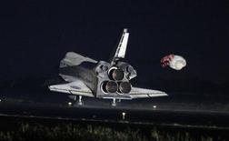 ônibus espacial Atlantis pousa na Estação Espacial Kennedy, em Cabo Canaveral, na Flórida. O Atlantis voltou para casa nesta quinta-feira, atravessando um céu iluminado pela lua para completar uma missão de 13 dias na Estação Espacial Internacional e encerrar uma odisseia de 30 anos para o programa de ônibus espaciais da Nasa. 21/07/2011 REUTERS/Pierre Ducharme