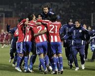 Jogadores paraguaios comemoram após a vitória nas semifinais da Copa América contra a Venezuela nos pênaltis, em Mendoza. 20/07/2011   REUTERS/Henry Romero