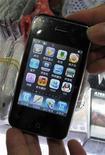 """Поддельный смартфон Apple iPhone в городе Шэньчжэнь в провинции Гуандун, 30 июля 2009 года. Китайские производители не упускают шанс заработать на продаже поддельных смартфонов iPhone и """"планшетников"""" iPad от компании Apple Inc, но один из них пошел дальше и открыл практически идентичный настоящему магазин Apple Store, в подлинность которого поверили даже его работники. REUTERS/Stringer"""
