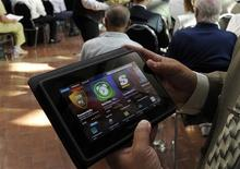 <p>La tablette PlayBook de Research in Motion, fabricant du BlackBerry, a reçu l'agrément des autorités américaines en vue d'un usage dans les agences fédérales. Il s'agit de la première tablette numérique à le recevoir. /Photo prise le 12 juillet 2011/REUTERS/ Mike Cassese</p>