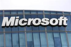<p>Microsoft a une nouvelle fois dépassé les attentes de Wall Street à l'annonce de ses résultats trimestriels jeudi, grâce aux bonnes ventes de sa suite Office et de sa console XBox. Le bénéfice net ressort à 5,87 milliards de dollars et le chiffre d'affaires à 17,37 milliards, en hausse de 8%. /Photo d'archives/REUTERS/Charles Platiau</p>