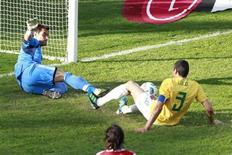 O zagueiro Lúcio tenta marcar gol contra o Paraguai nas quartas de final da Copa América. O jogador brasileiro renovou seu contrato com a Inter de Milão nesta quinta-feira. 17/07/2011  REUTERS/Paulo Whitaker