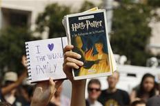 """Поклонники Гарри Поттера на премьере восьмого фильма """"Гарри Поттер и дары Смерти: часть 2"""" в Нью-Йорке, 11 июля 2011 года.   Восемь фильмов о приключениях юного волшебника Гарри Поттера принесли создателям в общей сложности более $7 миллиардов кассовых сборов, став самой прибыльной киноэпопеей, сообщила Warner Bros. REUTERS/Lucas Jackson"""