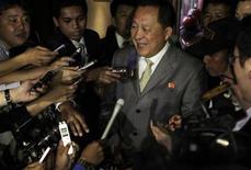 Заместитель министра иностранных дел КНДР Ри Ён Хо общается с журналистами в Нуса-Дуа на острове Бали 22 июля 2011 года. Послы Южной и Северной Корей встретились в пятницу в Индонезии, пообещав стремиться к возобновлению шестисторонних переговоров о ядерном разоружении на Корейском полуострове. REUTERS/Murdani Usman