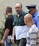 Горан Хаджич в сопровождении офицеров сербской полиции 22 июля 2011 года. Кортеж полицейских автомобилей, в одном из которых находился обвиняемый Гаагским трибуналом в военных преступлениях Горан Хаджич, выехал в пятницу с территории белградской тюрьмы, чтобы, возможно, доставить его в аэропорт для экстрадиции в Нидерланды. REUTERS/Stringer