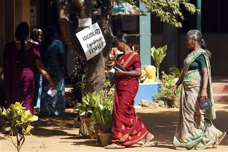 Tamil women arrive at a polling booth to cast their votes during the local government election in Jaffna about 304 km (184 miles) north of Colombo, July 23, 2011. REUTERS/Dinuka Liyanawatte