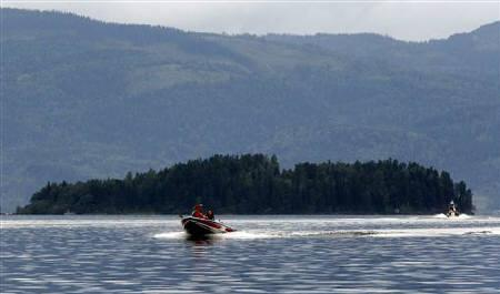 Rescue personnel continue in their search for the missing in Tyrifjorden lake, just off Utoeya island July 24, 2011. REUTERS/Fabrizio Bensch