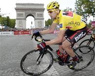 Ciclista Cadel Evans, da Austrália, conquistou a Volta da França.   REUTERS/Denis Balibouse