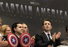 """Актер Крис Эванс (справа) на презентации фильма """"Первый мститель"""" (""""Captain America: The First Avenger"""") в Нью-Йорке, 11 июля 2011 года. Фантастический боевик """"Первый мститель"""" (""""Captain America: The First Avenger"""") с триумфом стартовал в североамериканском прокате, набрав $65,8 миллиона и скинув с пьедестала рекордсмена и лидера прошлой недели - финальную часть """"Гарри Поттера"""". REUTERS/Brendan McDermid"""