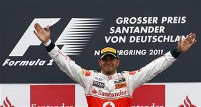 O inglês Lewis Hamilton, da McLaren, comemora a vitória no Grande Prêmio de F1 da Alemanha, no circuito de Nuerburgring. Hamilton venceu o espanhol Fernando Aloson, da Ferrari e o australiano Mark Webber, da Red Bull. 24/07/2011 REUTERS/Thomas Bohlen