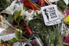 """<p>Foto de archivo de una serie de ofrendas florales a la salida del hogar de la fallecida cantante Amy Winehouse en Londres, jul 24 2011. La familia de Amy Winehouse pidió """"privacidad"""" a la opinión pública el domingo, un día después de la prematura muerte de la joven cantante de soul, que llevó a sus admiradores a correr por descargar sus canciones y comprar sus discos como un homenaje póstumo. REUTERS/Stefan Wermuth</p>"""