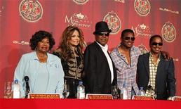 """A mãe do cantos Michael Jackson, Katherine Jackson, com seus filhos La Toya, Tito, Jackie e Marlon em coletiva de imprensa para anunciar planos de um concerto em homenagem ao """"Rei do Pop"""". 25/07/2011 REUTERS/Mario Anzuoni"""
