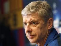 Técnico do Arsenal, Arsene Wenger, participa de coletiva de impnresa no estádio Nou Camp, em Barcelona, em março. Wenger somou-se aos apelos pela adoção da tecnologia da linha do gol no Campeonato Inglês - provavelmente já a partir da temporada de 2012/13.  07/03/2011  REUTERS/Gustau Nacarino