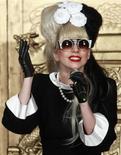Lady Gaga durante coletiva de imprensa em Taipei, no Taiwan. O vocalista do U2 e a estrela do pop se unem a Justin Timberlake e Ashton Kutcher na crescente lista de celebridades que, ao invés de usar a fama para vender produtos de consumo, estão participando cada vez mais de investimentos de alta tecnologia. 04/07/2011   REUTERS/Nicky Loh