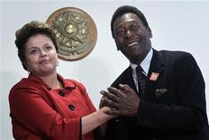Presidente Dilma Rousseff recebe Pelé, o novo embaixador da Copa do Mundo de 2014, no Palácio do Planalto. 26/07/2011 REUTERS/Ueslei Marcelino