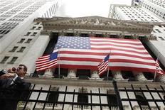 Трейдер курит рядом с фондовой биржей на Уолл-стрит в Нью-Йорке, 25 июля 2011 года. Лидеры республиканцев во вторник отложили голосование по плану снижения расходов, предложенного Джоном Бонером, снизив шансы на то, что соглашение о повышении долгового лимита будет достигнуто вовремя. REUTERS/Lucas Jackson