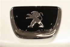 Логотип Peugeot на автомобиле в Париже, 11 января 2010 года.  Выручка и прибыль французского автопроизводителя PSA Peugeot Citroen выросли в первом полугодии 2011 года, однако компания не исключает ослабления прибыльности из-за роста стоимости сырья и последствий мартовского землетрясения в Японии. REUTERS/Benoit Tessier